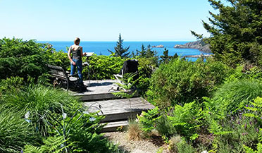 Photo woman plein air at port lookout